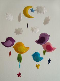 Wunderschönes und sehr aufwändig gestaltetes Mobile aus Filz mit sechs bunten Vögeln, sechs weissen Wolken,einem Mond,  fünf Sternen und drei Herze...