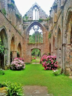 Gardens....Would be fabulous for wedding photos.