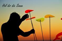 Was sind Sonnenfänger ??? Sonnenfänger bestehen aus fluoreszierendem Acrylglas welches unser UV Licht in sichtbares Licht umwandelt. Die Sonnenfänger leuchten besonders schön bei schlechtem und trüben Wetter und in der Abend und Morgendämmerung. Sie sind Lichtecht und behalten Ihre Leuchtkraft für viele Jahre. www.shideko.de sonnenfänger-bischberg.de