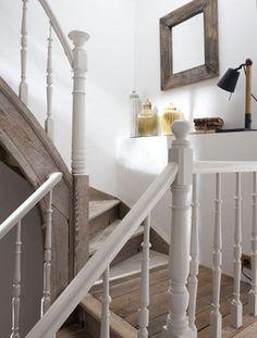 """La rampe, peinte dans une couleur subtile (lin clair de Dulux Valentine, chez Castorama), met en valeur le bois mis à nu et blanchi, offrant un style très """" maison de famille """"."""