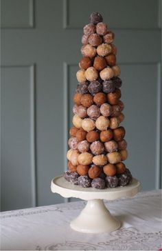 """Donut holes """"tree"""" flaning the dessert bar- elegant and unpretentious all at once. Brings to mind the french wedding """"cake"""" tradition of the croque en bouche, too! (we can get ours from Blue Dot donuts and keep things local! Donut Wedding Cake, Wedding Donuts, Donut Party, Wedding Cakes, Dessert Wedding, Mini Desserts, Beaux Desserts, Dessert Simple, Dessert Bars"""