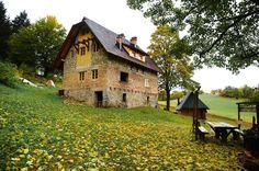 Bosna Hersek'te Sonbahar Bosna Hersek, sonbaharın gelmesiyle bambaşka bir güzelliğe büründü. Sonbaharın doğaya yansıyan sarı tonlarının hissedilmeye başladığı, Saraybosna'nın 13 km kuzeyinde bulunan Skakavac, doğasıyla görenleri kendine hayran bırakıyor.