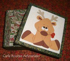 Caixa projeto de Natal | Flickr – Compartilhamento de fotos! Patch Aplique, Placemat, Xmas, Christmas, Wooden Boxes, Reindeer, Coasters, Patches, Quilting