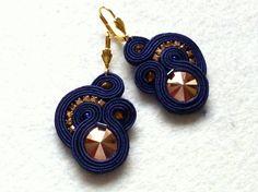 Soutache earrings Navy Blue+Gold Swarovski Glamour di Soutache4You su DaWanda.com Soutache Necklace, Tassel Earrings, Crochet Earrings, Fabric Jewelry, Boho Jewelry, Jewelery, Earring Trends, Swarovski, Shibori