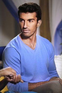 """Jane The Virgin -- """"Chapter Seven"""" -- Image -- Pictured: Justin Baldoni as Rafael -- Photo: Greg Gayne/The CW -- © 2014 The CW Network, LLC. All rights reserved. Jane The Virgin Rafael, Jane And Rafael, Rafael Solano, Justin Baldoni, Mode Man, Gina Rodriguez, Ideal Man, Hot Flashes, Raining Men"""