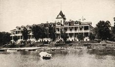 The Mineola Hotel after a 1903 expansion on Fox Lake.