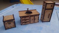 Mini Cozinha <br>Lindas peças par compor a casinha de bonecas, ou apenas para brincar. <br>Contém três peças: <br>fogão 4,5x3,5x5 cm <br>geladeira 10x4x3 <br>pia 5x5x9