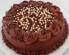 @katysb_cakes Torta de Chocolate con Ganache de Chocolate decorada con rosetones.