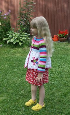 Crocheted flower cardigan. Free pattern is from Ravelry by Vendula Maderska.