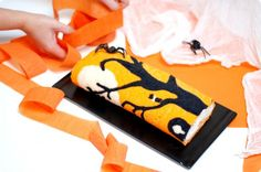 Brazo de gitano decorado para Halloween con Thermomix / Halloween swiss roll for Thermomix. I soooo would like to try this one Recetas Halloween, Halloween Food For Party, Halloween Cookies, Baking And Pastry, Dessert, Sweet Recipes, Cake Decorating, Cake Rolls, Roll Cakes