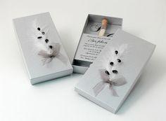 PLUMA PLATA  Invitación elegante en caja plata y decoración pluma y lágrima con tubo de arroz