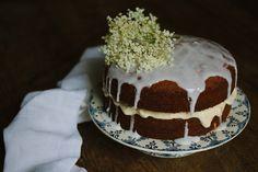 a cake for the weekend :: elderflower and gooseberry sponge Gooseberry Recipes, Elderflower Cordial, Drizzle Cake, Food Inspiration, Homemade, Cakes, Circles, Sweet, Pine