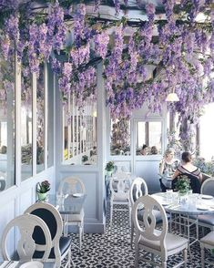 Aubaine at Selfridges in London: It's all about wisteria in this little beautiful cafe. That's amazing how flowers can transform the whole interior. Visit Selfridges in the spring time to see the wisteria! Cafe Restaurant, Restaurant Design, Restaurant Disney, The Places Youll Go, Places To Go, Decoration Restaurant, Cafe Design, Cafe Interior Design, London Travel