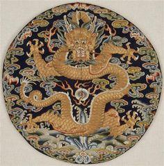 Badge impérial rond  18e siècle, dynastie Qing (1644-1912) brodé, broderie, satin, soie (textile) Chine (C) RMN-Grand Palais (musée Guimet, Paris) / Jean-Gilles Berizzi