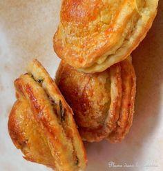 Pâtés salés créoles   Une Plume dans la Cuisine- pâte brisée maison (je pense environ 400 g) - 200 g de viande hachée porc et bœuf mélangés * - 4 branches de persil - 1 branche de thym (ou 1/2 cuillère à soupe) - 1 oignon - 4 cives (oignons verts) - 1 + 1 œuf - 2 gousses d'ail - 1/2 cuillère à café de bois d'inde en poudre - 1 citron (ou 1 ou 2 cuillères à soupe de vinaigre) - 1 piment végétarien - 1 piment fort - sel, poivre