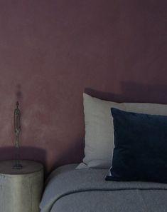 raw dark plum kabe indfarvet spartelmasse Earthy Living Room, Living Room Decor, Le Corbusier, Studio Interior, Interior Design, Wall Behind Bed, Plum Walls, Plum Bedding, Farrow And Ball Paint