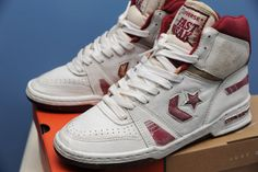 White/burgundy (or is it maroon? Vintage Shoes Men, Converse Vintage, Vintage Sneakers, Vintage Outfits, Converse Basketball Shoes, Converse Shoes, Trainer Shoes, Shoe Designs, Sneaker Boots
