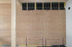 In Italia il primo edificio commerciale ad emissioni zero è la sede della Naturalia-BAU s.r.l. a Merano (arch. Dietmar Dejori, 2008). Il riscaldamento a parete è con serpentine in rame.