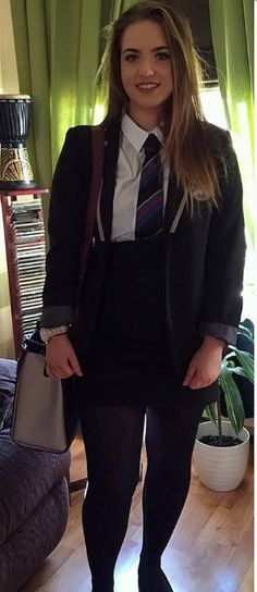 British college girls wearing uniforms with tight skirts: . School Uniform Outfits, Cute School Uniforms, Girls Uniforms, Sexy School Girl Costume, School Girl Dress, Curvy Women Fashion, Girl Fashion, British School Uniform, Feminized Boys