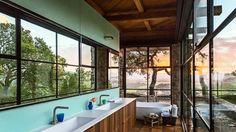 Salle de bains design avec vue magique sur les montagnes