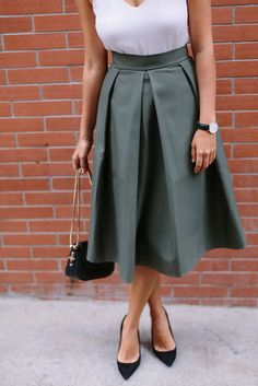 Pleated skirts have been the type of project I would avoid - all that maths seemed too hard, but I gave it a try! Check out this DIY pleated midi skirt Pleated Skirt Tutorial, Pleated Skirt Pattern, Pleated Midi Skirt, Midi Skirts, Midi Rock Outfit, Midi Skirt Outfit, Skirt Outfits, Pola Rok, Robe Diy