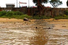 Colapso dos rios brasileiros, imagem de esgoto no rio Oiapoque