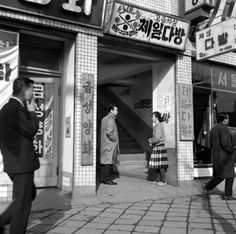 울며 헤진 염춘교 큰이미지 Time In Korea, Korean Photo, Korean People, Korean War, The Old Days, Modern History, Black N White, Old City, Old Pictures