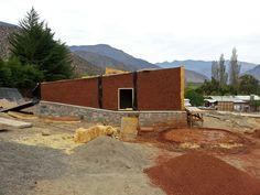 Galería - En construcción: Complejo Turístico Sustentable Chillepín CCH / CBAarq - 16 Cabin, Architecture, House Styles, Home Decor, Adobe, Walls, Windows, Sun Catcher, Sustainable Living