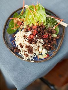 A cracking Asian crispy beef recipe from Jamie Oliver. It's a crispy beef noodle salad with added peanuts, a tasty dressing and loadsa crunchy veggies. Superfood Recipes, Healthy Recipes, Healthy Food, Healthy Dinners, Yummy Recipes, Kabob Recipes, Fondue Recipes, Healthy Nutrition, Nutritious Meals