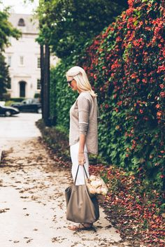 white jeans, beige sweater, cognac tote bag, snakeskin sandals