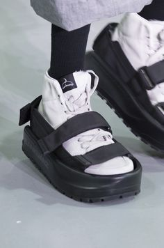 Shoes Worn on Shoes - In Paris Fashion Week, a Chinese brand, Snakuanz'ın fashion show, this new accessory can be seen as shoes. Mens Boots Fashion, Men Fashion Show, Best Mens Fashion, Sport Fashion, Trendy Fashion, Casual Sneakers, Sneakers Fashion, High Top Sneakers, Fashion Shoes