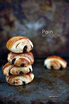 E sulla scia dei lievitati dolci un pò più complessi, non potevo non prendere in considerazione il PAIN AU CHOCOLAT....dopo i Croissants s...