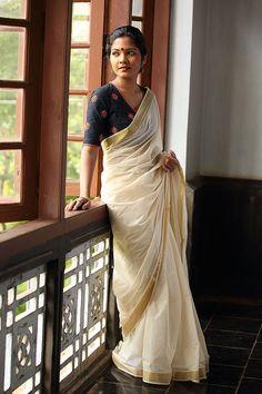 Karimashi Blouse with Simple White Saree and Gold Border Onam Saree, Kasavu Saree, Kerala Saree Blouse Designs, Saree Blouse Patterns, Sari Blouse, Indian Dresses, Indian Outfits, Set Saree, Saree Photoshoot
