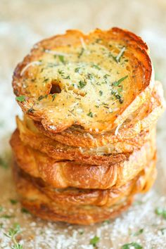 Garlic Bread Croissants - The absolute BEST kind of garlic bread - it's truly irresistible and you won't be able to stop eating this until they're all gone! Why havent I thought of this? Croissants, Book Club Snacks, Book Club Food, Honey Garlic Chicken, Garlic Bread, Garlic Butter, Bread Recipes, Cooking Recipes, Sandwiches