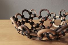Die Raumfee: Alte Gardinenringe werfen sich in Schale // Bowl from old wooden curtain rings and leather bands