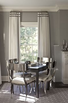 A rich style of dining room in Silver decor and love the colour of the walls and the curtains everything in the room is so uniformed! #diningroom #curtains