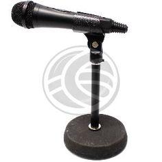Soporte de sobremesa para micrófono. Soporte vertical, muy estable, sólido y de reducido tamaño. Modelo fabricado en metal negro con sólida base metálica.
