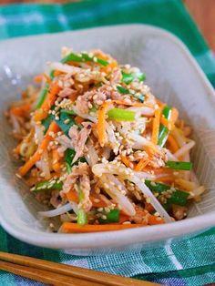 火もレンジも不要!必要なのは、ボウルとザルだけ。この方法で作ればお野菜はシャキシャキ。茹ですぎる心配がないので初心者さんやズボラさんにとーってもオススメです♪ 茹でません!!抱えて食べたい♪『シャキシャキ♡湯かけ野菜の3色ナムル』(Yuu)