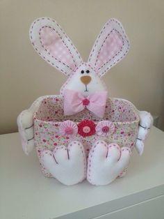 Linda cesta para Páscoa, confeccionada em feltro e tecido. Presenteie nesta Páscoa com essa fofura de coelhinho! Você escolhe as cores que desejar e eu confecciono com muito carinho!