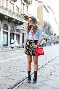 minifalda, camisa y bolso rojo, outfit, streetstyle