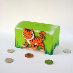 Dřevěná ručně malovaná pokladnička ozdobená dřevěným výřezem tygra. Rozměry 11,5 x 7 x 7 cm. Malováno akrylovými barvami. Pokladnička má vysouvací dno pro snadné vysypání úspor.  Pokladničku dodávám bez mincí. :-)