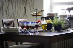 Espanjalainen illallinen 🍷🍴 Malli: Olivia ruokapöytä ja Anton ruokatuoli Vaihtoehdot: useita eri pöytäkokoja ja väri- sekä verhoiluvaihtoehtoja Jälleenmyyjä: Isku-myymälät  #pohjanmaan #pohjanmaankaluste #koti #keittiö #kitcheninspo #kitchendecor #diningchair #diningtable