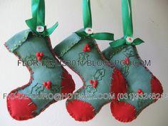 tecido verde, aplicação de tecido vermelho, aplicação de miçangas e bordados....