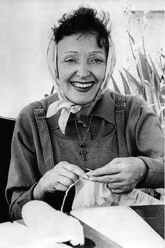 Édith et ses tricots, c1955 (Hugues Vassal)