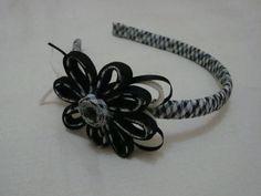 Tiara revestida em viés com flor de viés e fitas em cetim branca e preta. R$ 10,00