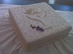 First communion cake with bread and wine First Holy Communion Cake, Cross Cakes, Religious Cakes, Confirmation Cakes, Ice Cake, Holiday Cakes, Themed Cakes, Beautiful Cakes, Christening