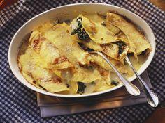 Das schmeckt der ganzen Familie: Überbackene Pfannkuchen mit Spinat und Mozzarella gefüllt - smarter - Zeit: 30 Min. | eatsmarter.de
