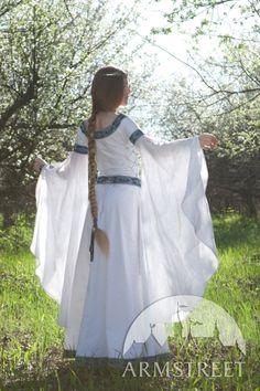 Vue d'arrière de robe médiévale de mariage fantastique « Cygne blanc » d'ArmStreet