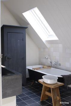 A big modern bathroom with lots of light Attic Bathroom, Bathroom Toilets, Chic Bathrooms, Modern Bathroom, Bathroom Ideas, Bathroom Styling, Bathroom Lighting, Bathroom Design Inspiration, Attic Remodel
