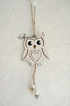 Sympaattinen, valkoinen puinen pöllöriipus josta roikkuvat kilisevät kellot, kokonaispituus 25 cm // Sweet little wooden owl with tinkling bells, total length 25 cm